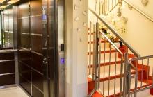 komunikacja - winda i schody zabezpieczone bramką