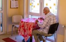 stolik w korytarzu dolnym